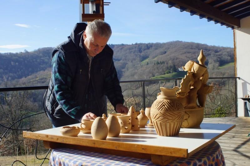 Mohamed en Ariège devant ses poteries. Simplement pouvoir faire ce que je sais faire