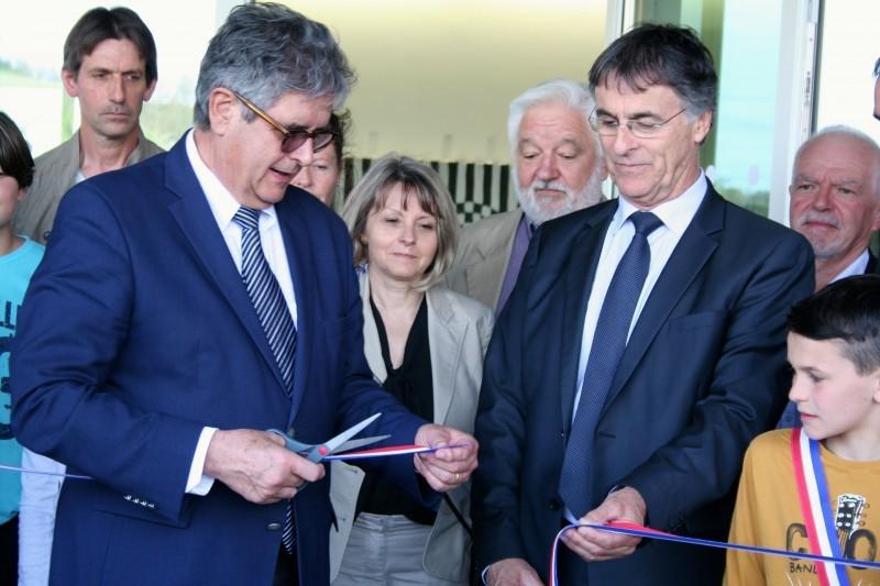 Georges Meric, président du conseil départemental et Patrick Lemasle, député maire inaugurent l'école de Motesquieu