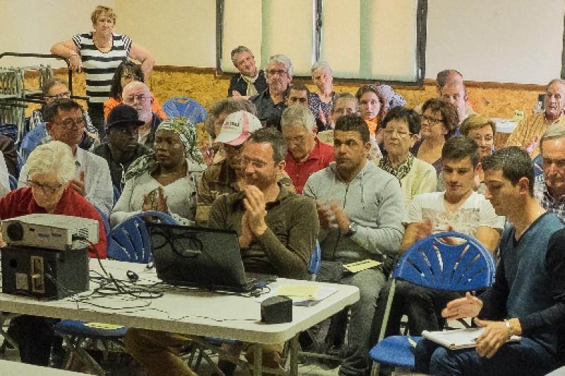 Charles Imbert, responsable de la communauté (au centre), expose les mesures d'aides apportées aux compagnons, au cours de leur séjour à la communauté.