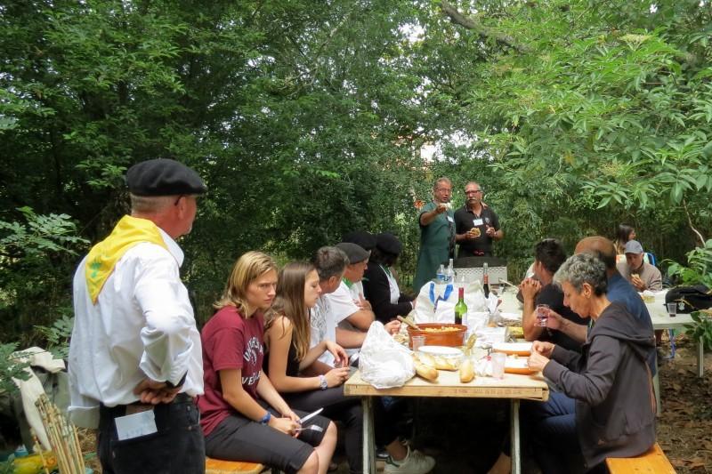 Repas conviviale entre chasseurs, pêcheurs et représentants du Papogay.