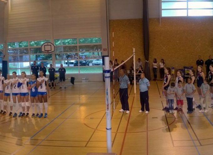 Carbonne : Les équipes féminines U19 de France et d'Italie de volley, en match amical.