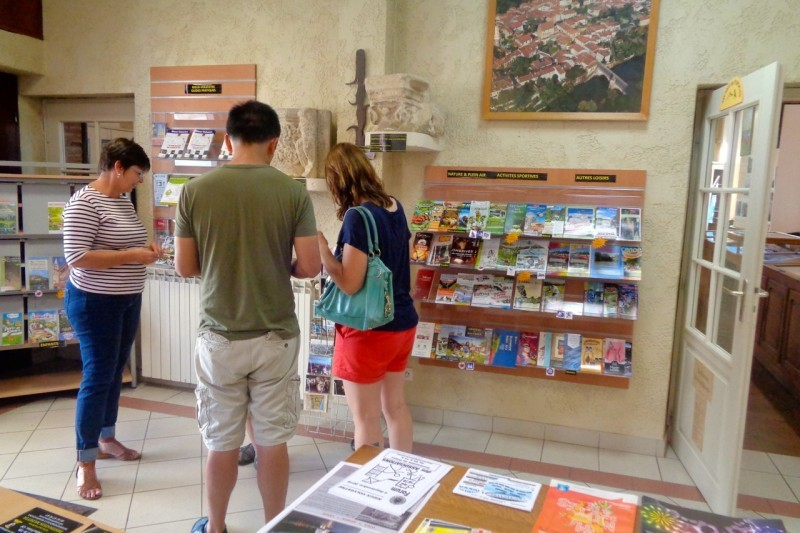 Des touristes de San Diego (Etats-Unis) se renseignent sur la visite de Rieux-Volvestre et du territoire.