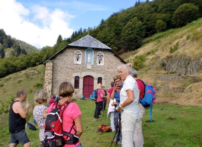 Les marcheurs du foyer rural de Rieux Volvestre à la chapelle de l'Isard.