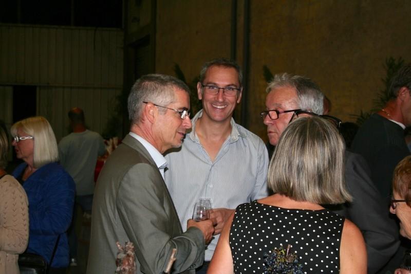 Monsieur Christian Sans vice président du conseil départemental et Paul Marie Blanc maire de Bérat se prêtent de bonne grâce à la dégustation.