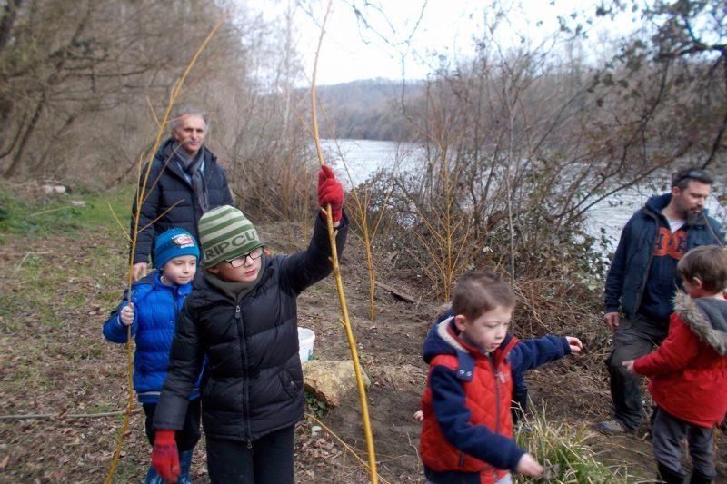 Monsieur le Maire et les enfants très motivés pour effectuer les plantations.