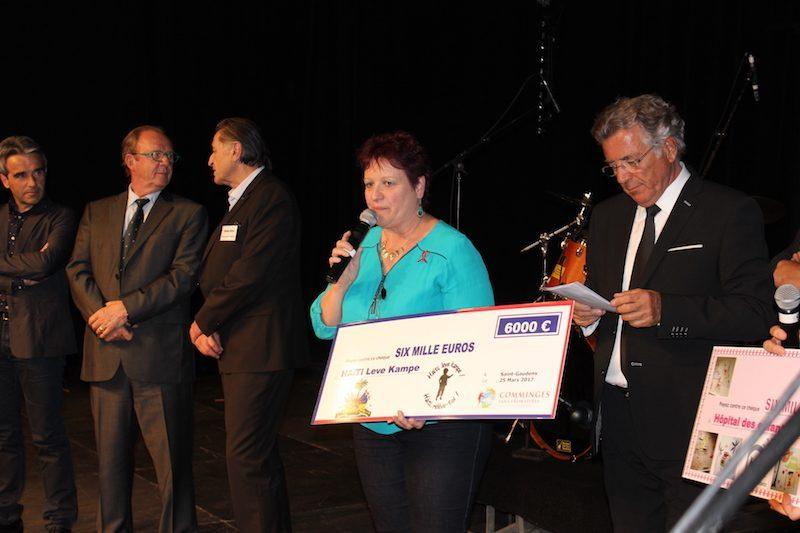Michèle Nondedeu , reçoit un chèque au profit de Haïti.