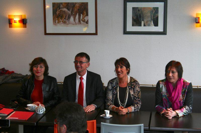 Le candidat Joël Aviragnet et sa suppléante Marie Claire Uchan entourés par les co-directrices de campagne Carole Delga et Laure Vigneaux