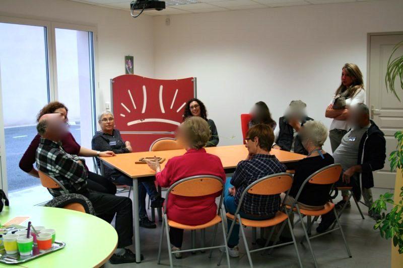 Pendant un accueil de malades (visage flouté par respect des personnes atteintes de la maladie d'Alzheimer)