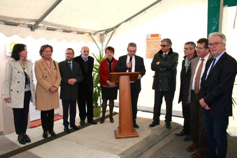 Les différentes autorités entourent Jean Marc Esquirol durant le prononcé de son discours