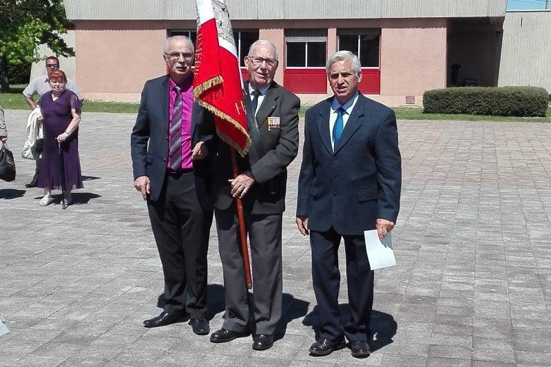 Le président Galtier et le vice-président Rouby entourent le récipiendaire Justin.