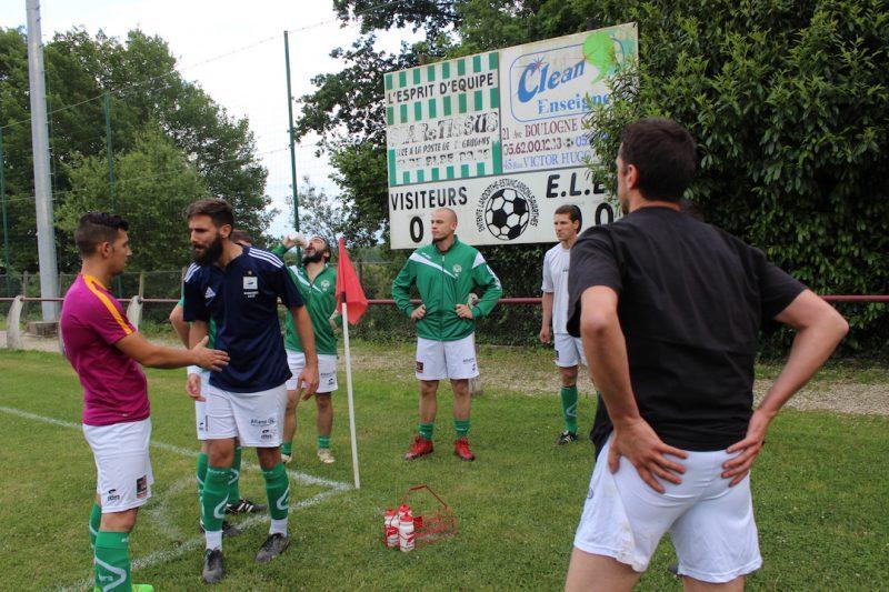 Le capitaine Guillaume se charge de motiver ses joueurs, à l'échauffement.
