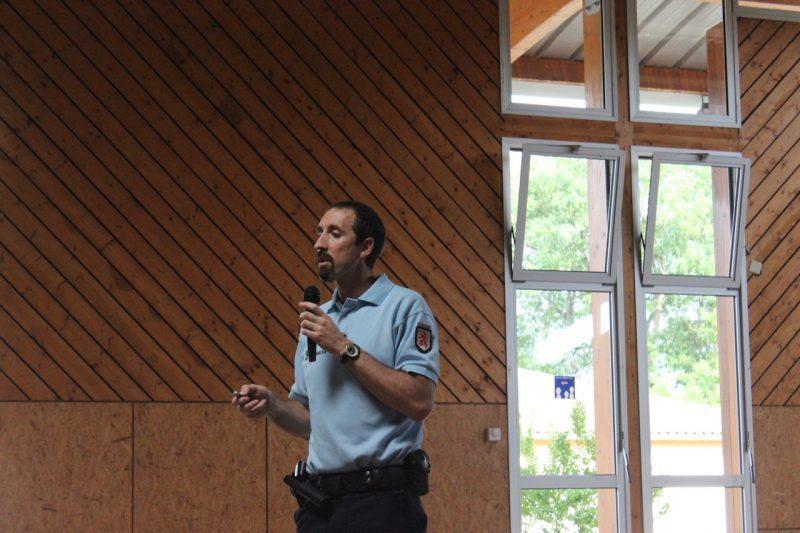 Le lieutenant Jean-David Canitrot informe et conseille selon les demandes de son auditoire.