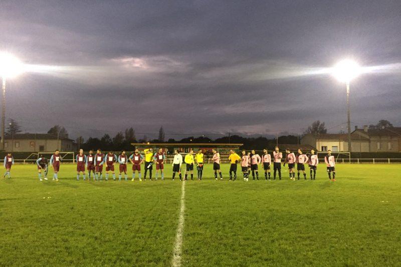 Les deux équipes se saluent en début de match