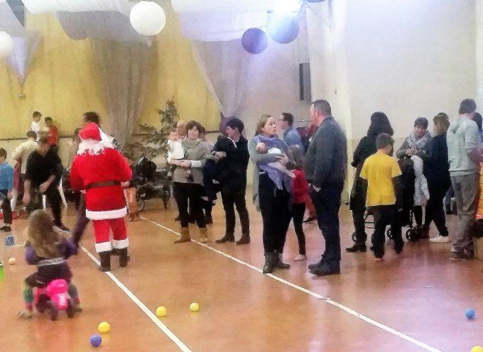 Fabuleux Noël des enfants à la salle des fêtes de Villeneuve.