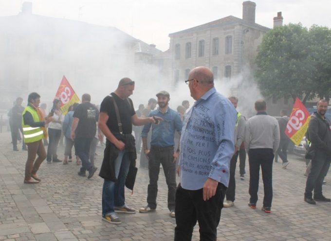 Les cheminots manifestent devant le local du député