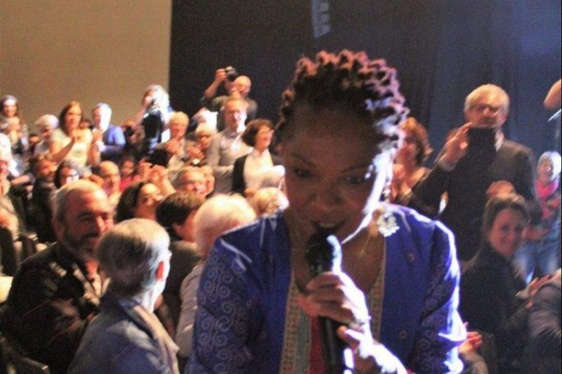 Lisa Simone dans la salle, chantant et serrant les mains du public