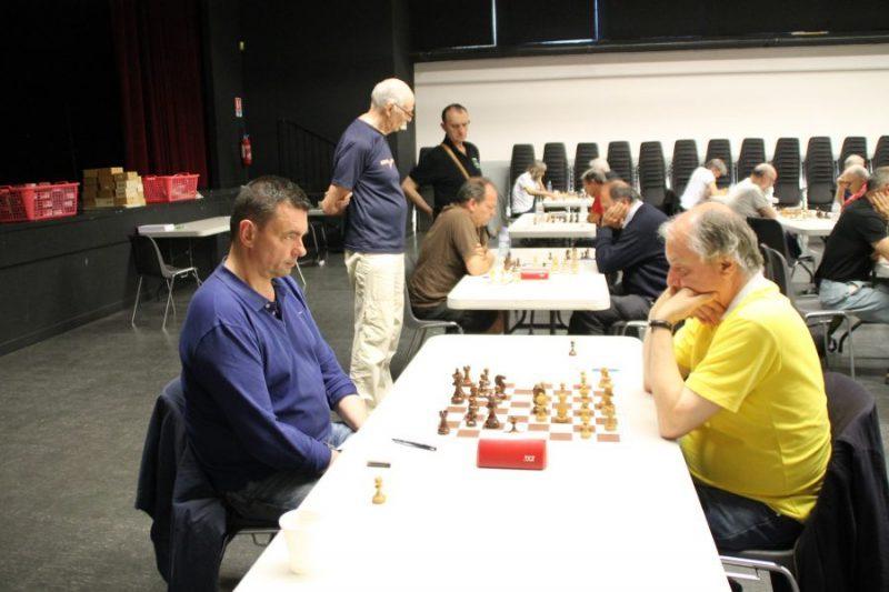 A gauche, le Grand Maître français Eric Prié