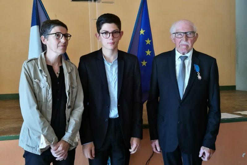Roger Toullec entouré de sa fille Véronique et de son petit-fils Kévin