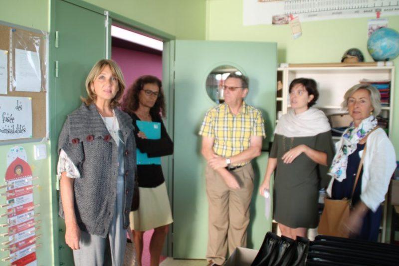 De gauche à droite : Madame Toutut-Picard, madame Benoit-Esquerré, monsieur le maire, madame la directrice et madame Estivals lors de la visite des classes.