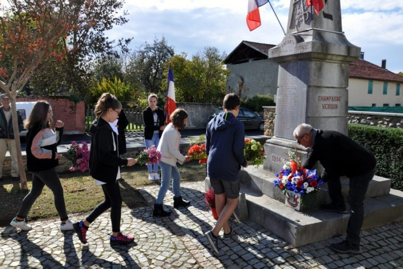 Gerbe et bouquets sont déposés au pied du monument