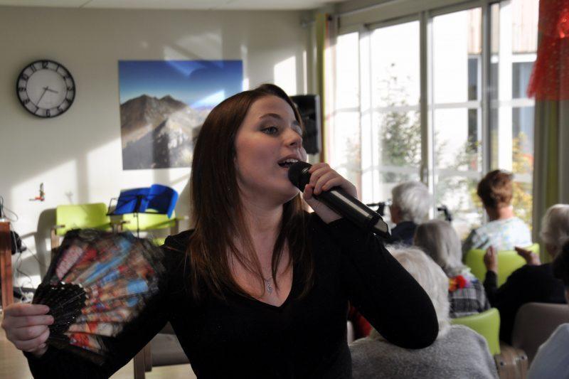 En chanteuse hispanique