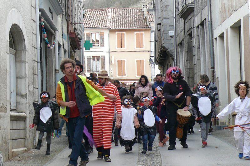 marché, le joyeux défilé entreprend le tour du centre ville.