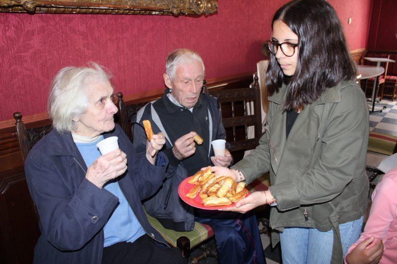 Juliette, du conseil des jeunes propose aux résidents une gourmandise