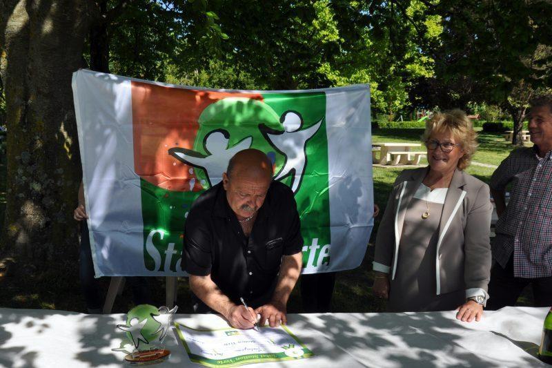 Signature du diplôme par Eric Miquel