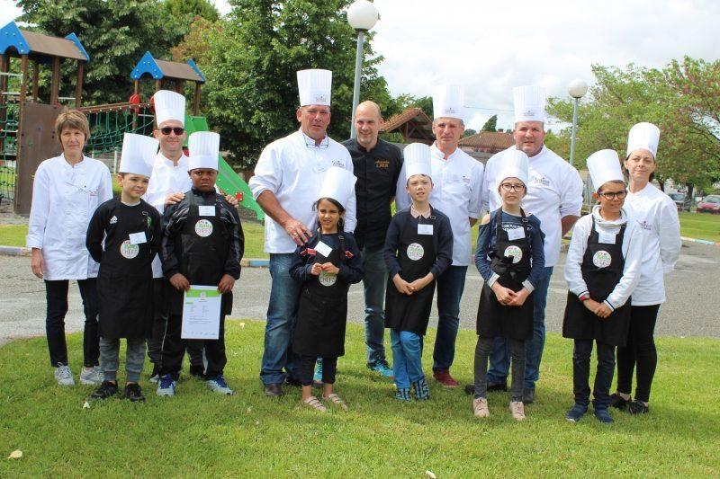 Les petits chefs finalistes et leurs binômes chefs Scolarest et Alexandre Saint-Pierre