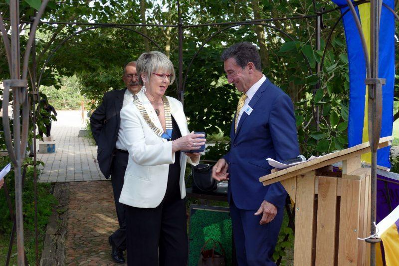 Bernard Bros offre la médaille de la ville à Anita Marigo