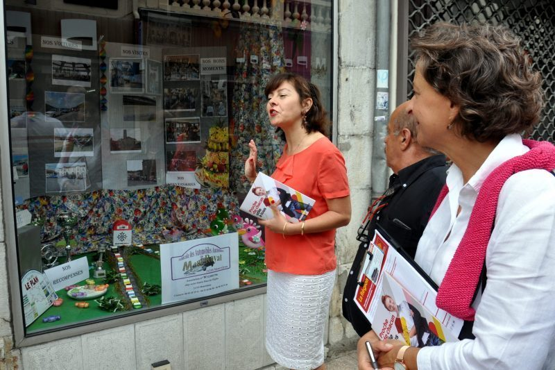 Devant la vitrine revisitée par une association montréjeaulaise, les 3A