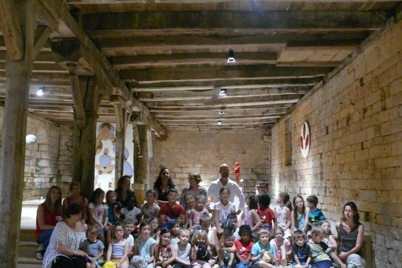 Les deux classes de l'école de Saint André, prés d'Aurignac en visite à l'Abbaye