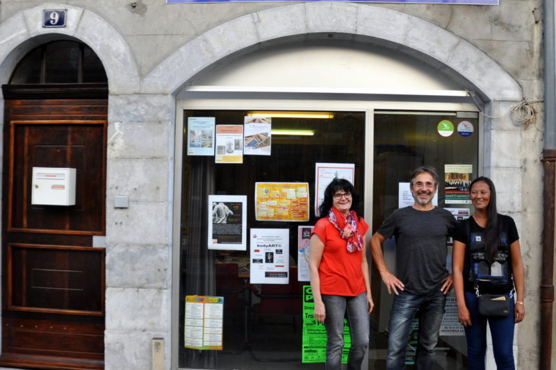 Marielle, Fabien et Samira devant leur local