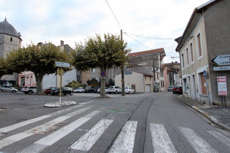 Entrée de la rue des Pyrénées. La base de chantier sera implantée derrière les platanes