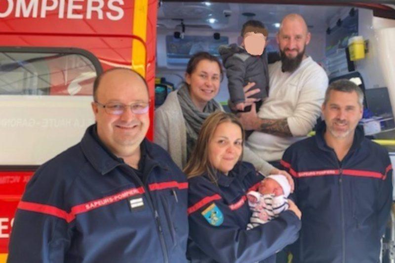 L'équipe de pompiers qui a aidé Eléna à venir au monde