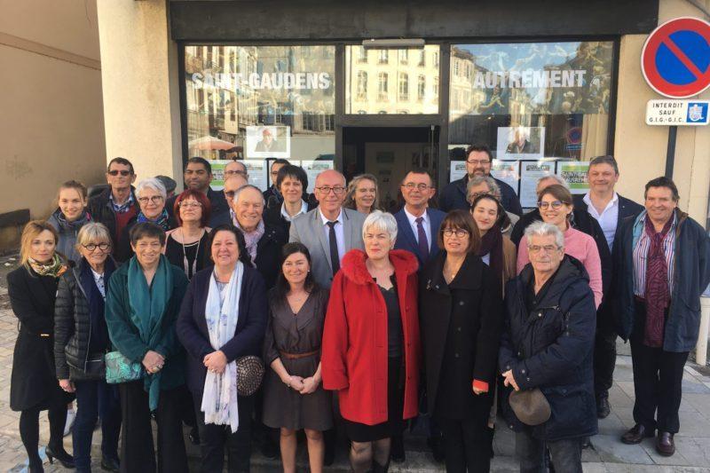 Les membres de la liste et les soutiens posent devant le local de campagne autour de Yves Louis