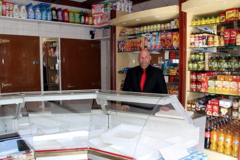 Momo dans sa boutique