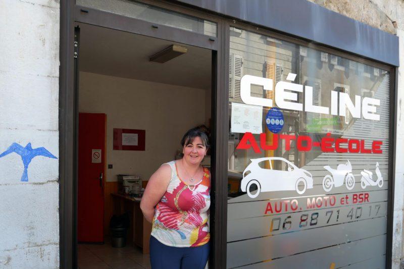 Céline devant son local de la rue du Barry