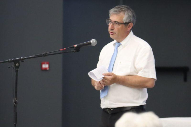 André mandement pendant son discours programme