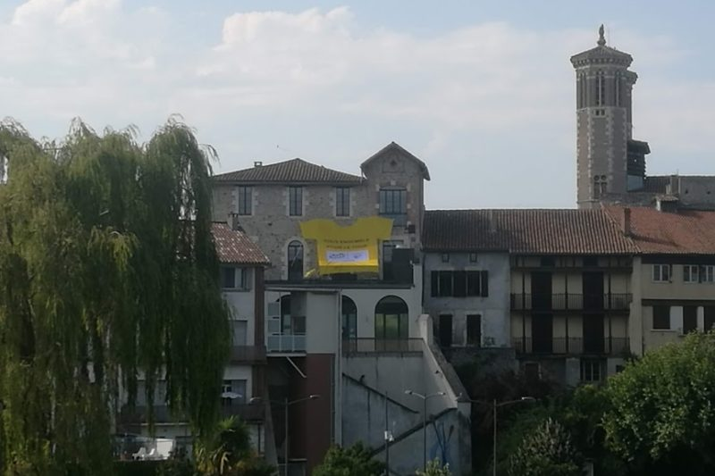 Le maillot jaune a été déployé à l'arrière de la mairie