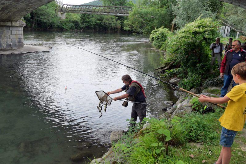 Stef déverse les truites dans la Garonne