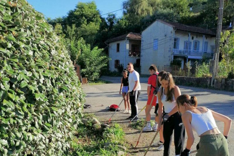 Les jeunes ont entretenu les plantations communales, préparé le jardin collectif et planté des arbres