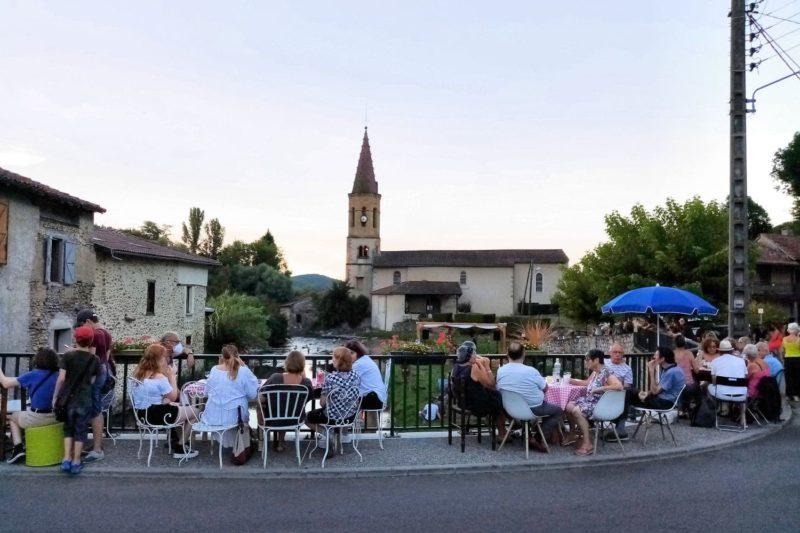 Le concert se passe sur l'Île du Pont à côté du café du même nom.