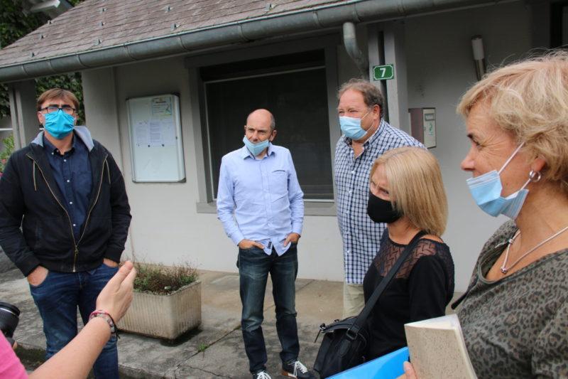 En grande discussion devant les bureaux de la CCPHG à Moustajon