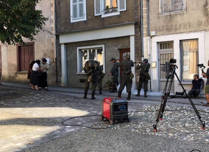 Des gens en armes dans les rues d'Aspet