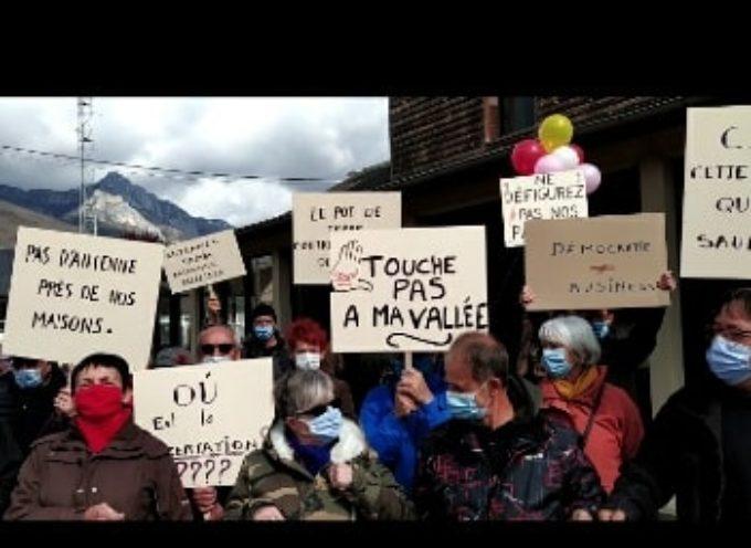 Les membres des collectifs antennes devant les bureaux de la CCPHG !
