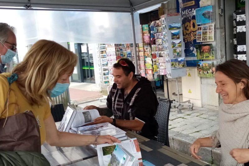 La dédicace sur le marché devant la maison de la presse