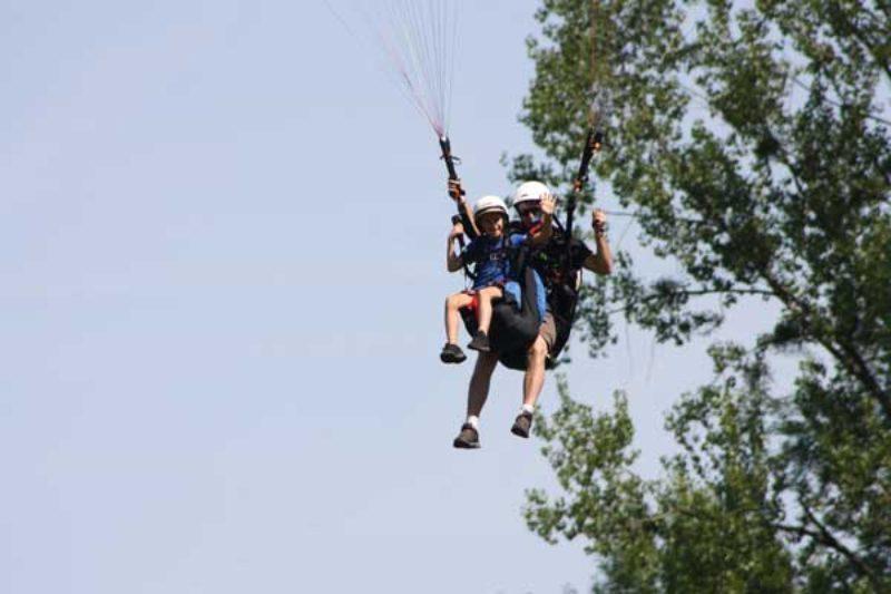 Une navette qui permet de se rendre au pied des pistes d'envol parapente. Photo Surfair